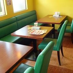 ゆったり座れるテーブル席ございます!