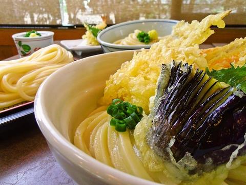 麺業三代、八十余年の味。伝統製法の足踏みで鍛えた手打ちうどんを堪能できる。