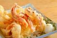 イカげその天ぷら、衣のサクサクと歯ごたえバツグンの肉厚な身をアツアツでお召し上がりください