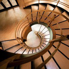 【螺旋階段】…上の階へと続く螺旋階段。まるで中世ヨーロッパのお城の中のような雰囲気です。