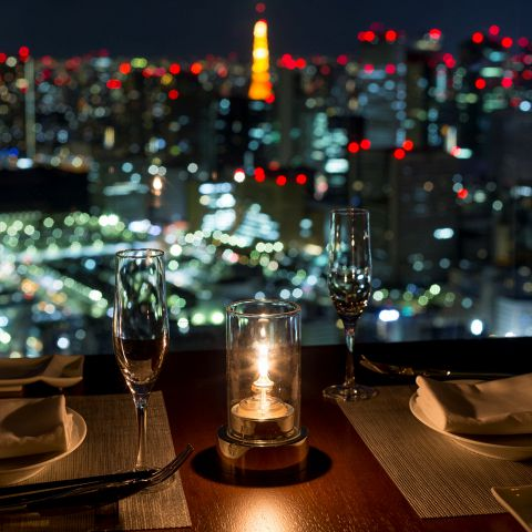 カップルでのご利用にも・・・両面ガラス張り、2階分の高さを誇る天井、更には東京タワー側とスカイツリー側の2ヶ所のテラスに出る事ができます。