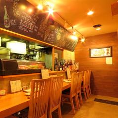 【1階】明るいカウンターで大将との会話を楽しみながら頂く日本酒と料理。その日仕入れた食材を見ながら創作料理のリクエストが出来るのもカウンターの醍醐味♪