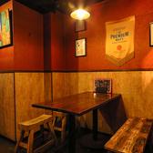 オープンなテーブル席。お好きなワインやタパスと一緒にワイワイしちゃってください♪