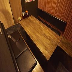 ボックスタイプのお席です。廊下との間はカーテンで仕切られているのでプライベート感も確保。ご家族やご友人同士でのお食事の際などに便利です。