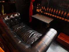 カップルに大人気のソファー席★ゆったりと二人の時間をお過ごしください。
