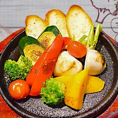 料理メニュー写真彩り焼き野菜とバケット