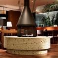 [大きな暖炉]店内に入れば一際大きな暖炉が目に付きます。モダンなデザインが空間とマッチして、心安らぐ空間を演出しています。お洒落なインテリアに囲まれてゆっくりとお過ごしください。