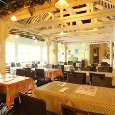 開放感のある明るい店内!テーブル席はランチにもディナーにも◎ごゆっくりお過ごしください。