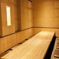 広々とした開放的な空間ながらも、扉付の個室席はプライベート感抜群!ゆったりと足を延ばせる掘りごたつ席はお客様から人気です!(飯田橋 和食 居酒屋 個室 海鮮 かに 飲み放題 宴会)