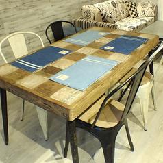 お洒落なウッド調テーブルは4名様やお食事利用にぴったり♪