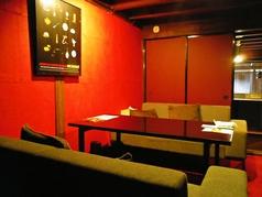 赤い壁が印象的な、それでいてソファー席のレトロモダンな空間です。