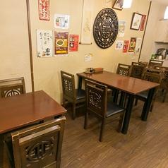 2名様テーブルx1卓、4名様テーブルx2卓で10名様分をご準備しています。