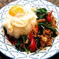料理メニュー写真鶏挽肉バジル炒めのせごはん「ガパオ」