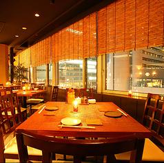 梅田エリアの街並みを見渡せるテーブル席。ビル12階からの夜景は雰囲気抜群ですよ。