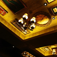 天井まで飾られたアンティークの数々