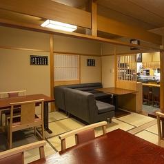1階の小上がりには、ソファー席もご用意◎ゆっくりと寛ぎながら、お寿司やお酒に舌鼓頂けます。会話をメインに楽しみたい方にもオススメのお席です!