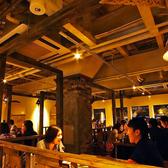 【2階の開放感あふれるテーブル席】4名掛けのお席が4つ、6名掛けのお席が2つございます。