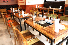 アンティーク調のテーブル席