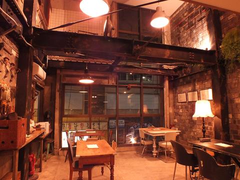 【お洒落な肉バル】アンティークが並ぶフランスの古い工場をイメージした店内