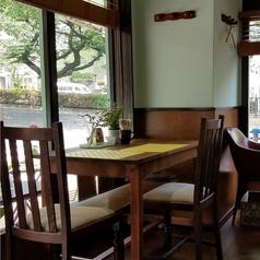 播磨坂の緑を眺めることができる店内席は3席ご用意しております♪2名席×2卓、4~5名席×1卓