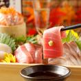 古くからお付き合いのある独自のルートから取り寄せる全国各地の新鮮な食材。四季折々の旬食材を低価格でご提供致します。他店では真似できないコスパと味で勝負!お刺し身以外にも、煮付け、焼き物、カルパッチョなどもご用意しております。日本酒、焼酎との相性も◎!ぜひご一緒にお楽しみください。