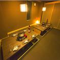間接照明がもてなす安心の落ち着き空間。全席個室しかなく和の雰囲気と都会には少ない緑の融合です。落ち着きのある空間で宴会を行って貰いたく、京都をイメージした空間を創りました。造りは内側の襖は少し茶色く、外側の襖は緑色で作り、都会にはない幻想的な空間を創ることに専念致しました。