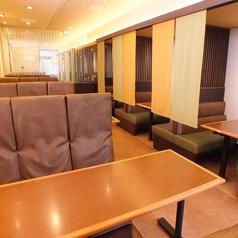 6名阪掛けが4ボックスございます。のれんで仕切り、個室感があります。