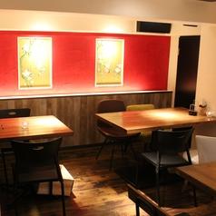 オシャレな店内に5つのテーブル席をご用意させていただきました。2名席×3、3名席、4名席、6~8名席 あります◎デートや女子会のプライベート利用から歓送迎会の少人数宴会まで幅広くご利用頂けます!!