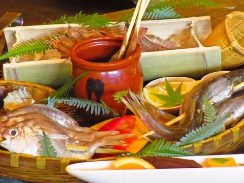 囲炉裏を囲んでゆっくり寛げる。仙酔島自慢の魚料理が豊富。大人のデートや記念日に…