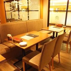 テーブル席は少人数様~大人数様まで、人数に合わせてご対応致します!皆様でお食事をお楽しみ下さいませ。