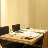 落ち着いた店内でゆったりお食事を。4名席テーブル。