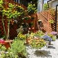 お庭には季節の花々やグリーンが♪