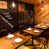 壁のグラフィックが特徴的な空間で絶品チーズ料理を!