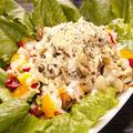 料理メニュー写真ロメインレタスとローストチキンのシーザーサラダ