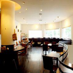 開放的な店内♪1階席は、カウンター、2階席は、ゆったりしたテーブル席。天気の良い日は2階席の大きな窓から降り注ぐ太陽が気持ちいい♪