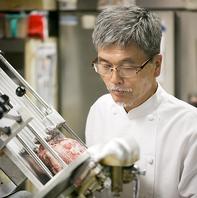 熟練の技を持つ料理長が1枚1枚丁寧にお肉をスライス♪