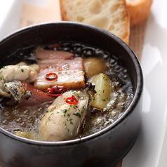 料理メニュー写真牡蠣とベーコンとポテトのアヒージョ