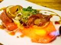 料理メニュー写真炙り和牛と煮卵のウニのせ 2貫