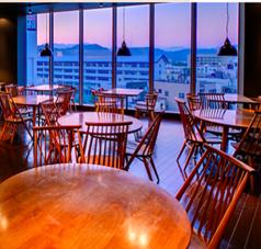 様々なタイプのテーブル席をご用意。窓際のテーブル席は、昼は街を一望でき、夜は夜景を見てお食事して頂けます。ママ会、女子会、カップルにおすすめ!落ち着いた雰囲気の店内で、お食事をお愉しみくださいませ。