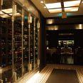 ワインセラーには多数のワインが並んでます