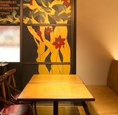 ゆったりとお過ごしいただける片側ベンチソファーシートのテーブル席を3卓ご用意。4名様まででご利用いただけます♪