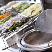 県産野菜を含む種類豊富なサラダバー。サラダバーに使用する野菜はアロエ、ハンダマ、モウイ(赤瓜)、ゴーヤー、へちまなどファーマーズに行って、仕入れています。それぞれの効能についてはサラダバーの付近に表示しています→