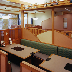 テーブル席は31卓ございます。ご家族、ご友人とのお食事はもちろん、各種ご宴会もぜひ『かごの屋』をご利用下さい。