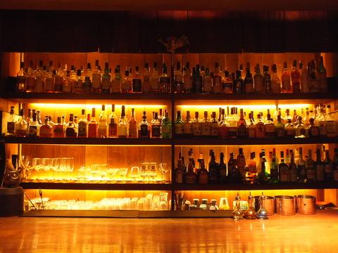 中目黒に佇む[Naguy Bar]。アットホームな空間で、豊富なお酒とお食事を愉しめます。
