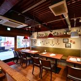 1階テーブル席。明るい雰囲気のテーブル席で、すぐ近くに大型水槽が!家族での食事やデートでオススメです♪