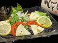 料理メニュー写真トマトとクリームチーズのサラダ