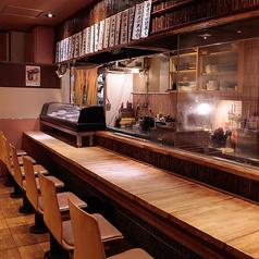 目の前の鉄板で、板前が寿司をにぎる!ライブ感をお愉しみいただけるカウンター席がおすすめです!