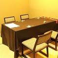 2~4名テーブル、3席。