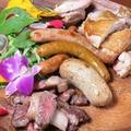 料理メニュー写真肉盛(牛・鶏・ソーセージ)