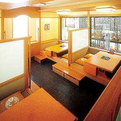 2~4名様までご利用可能です。 個室とは違い、広い空間のお席となっております。